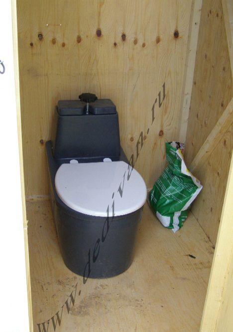 торфяной туалет в деревянном домике